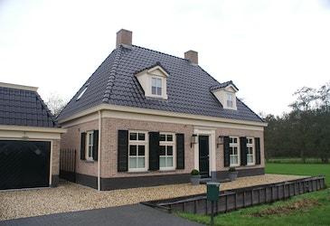 Vooraanzicht klassieke laagbouw woning met schildkap