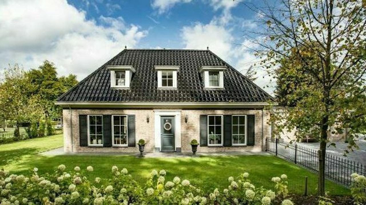 Vooraanzicht van een klassieke woning met schildkap