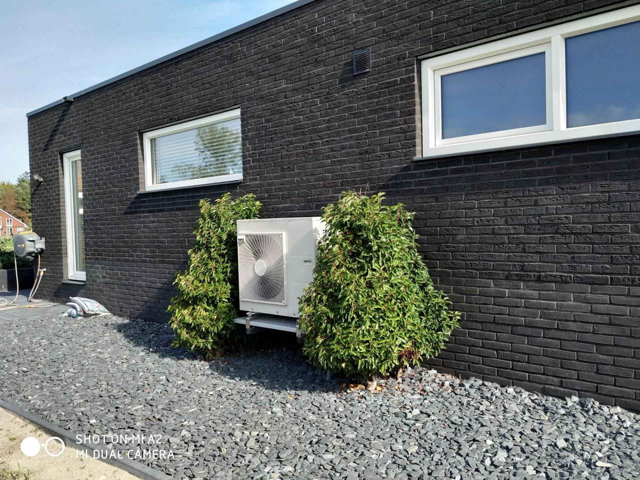 Afbeelding van een warmtepomp die geïnstalleerd is bij een woning