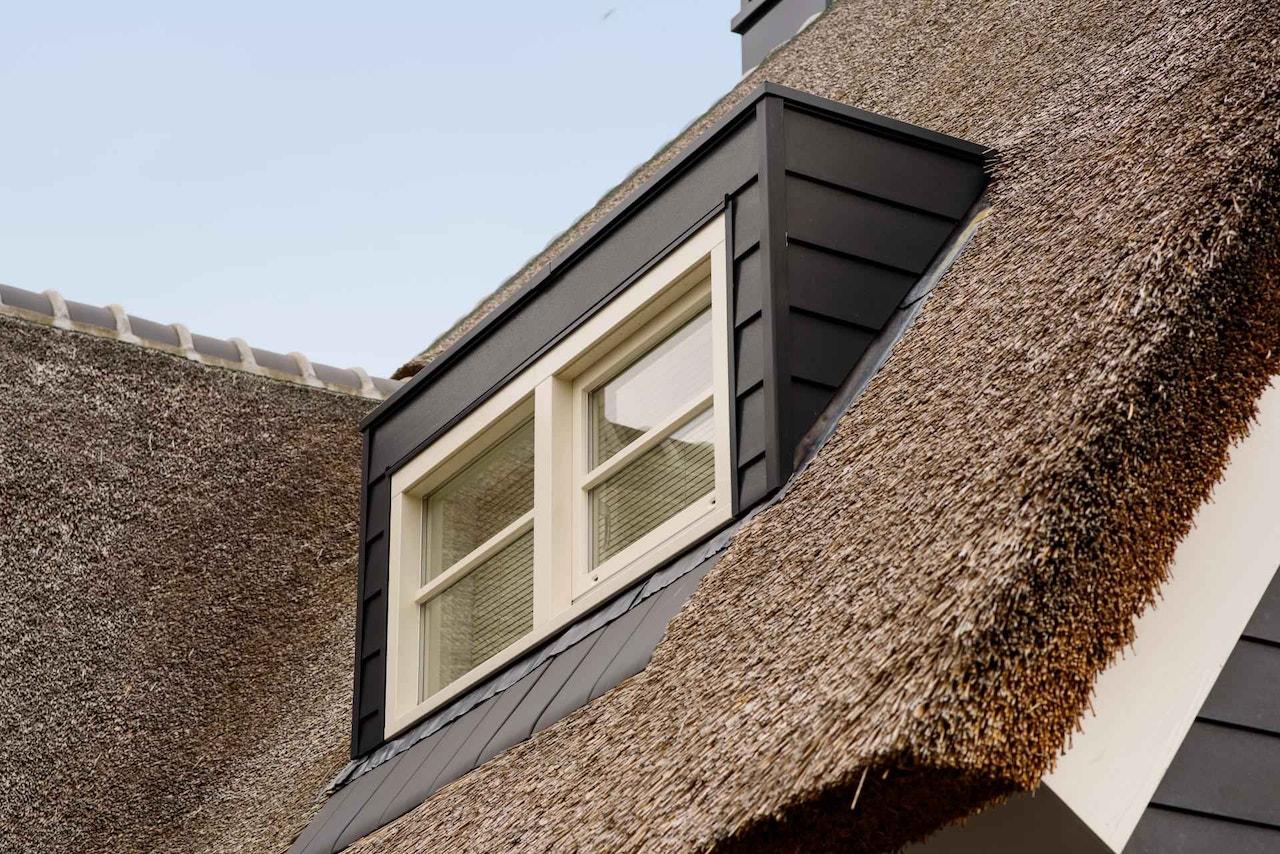 Detailfoto van een dakkapel op een rieten kap