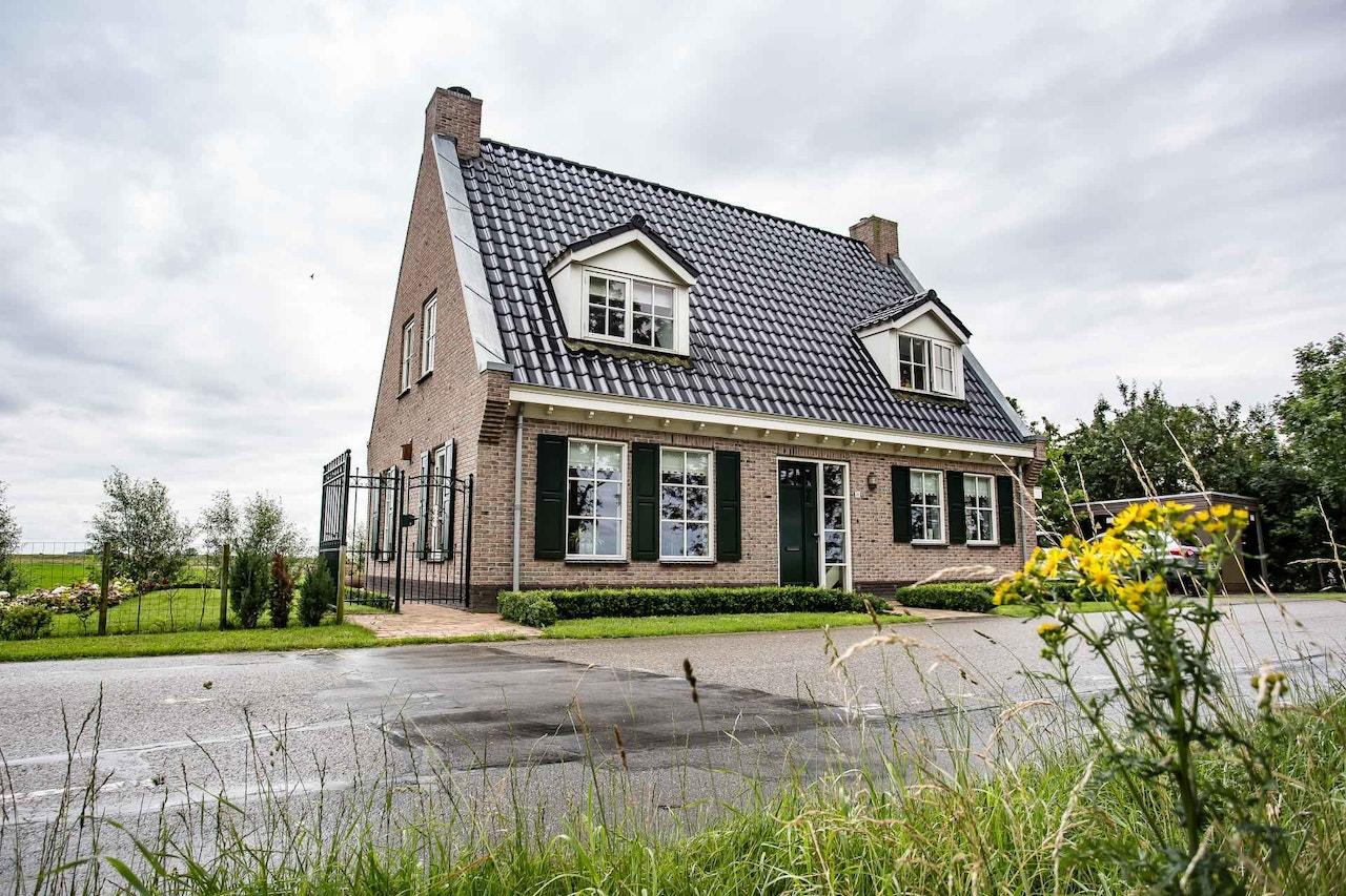 Vooraanzicht van een gerealiseerde woning met een schoorsteen