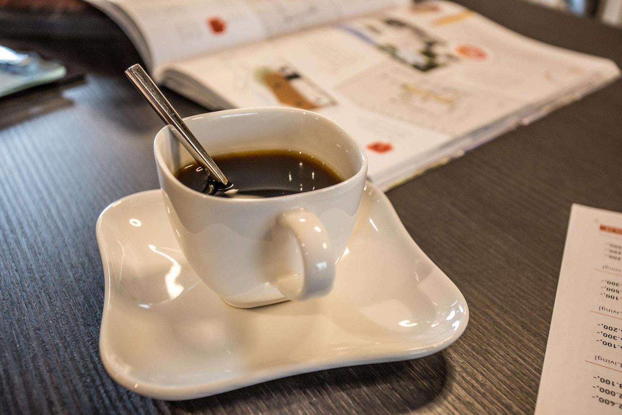 Afbeelding van een kopje koffie in onze showroom