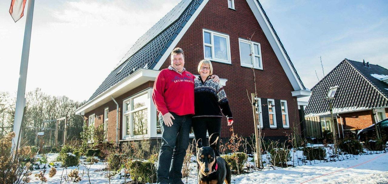 Vooraanzicht van een gerealiseerde woning inclusief bewoners