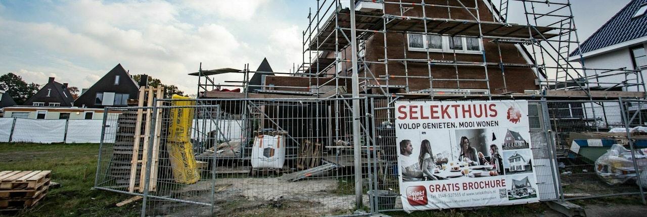 Vooraanzicht van een vrijstaande woning in aanbouw