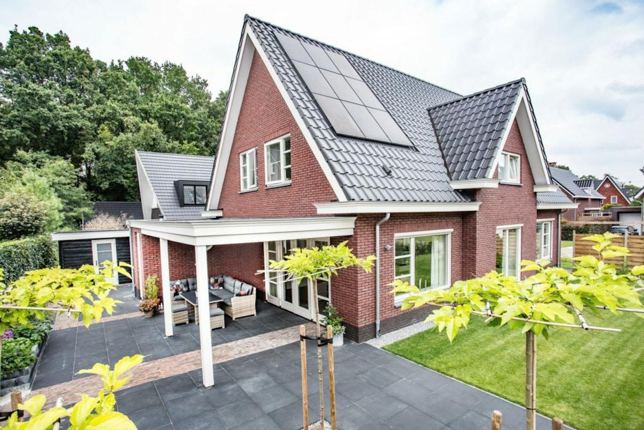 Gerealiseerde woning met zonnepanelen op het dak