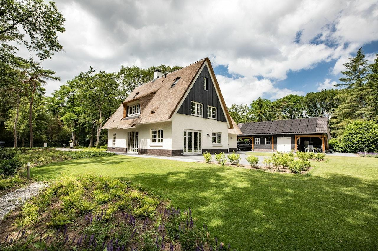 Achteraanzicht van een gerealiseerde woning inclusief tuin