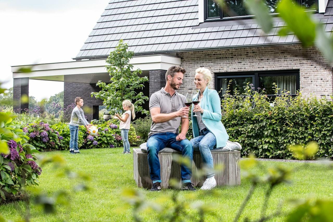 Borrelen in de achtertuin van de nieuwe woning
