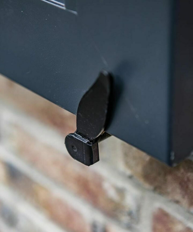 Detail foto van de lange smalle luiken van een notariswoning