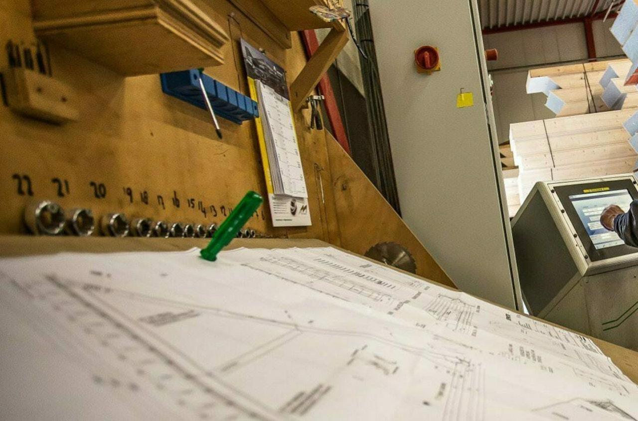 Een bouwtekening op de werkbank in de prefabhal