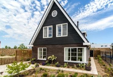 Vooraanzicht van een landelijk moderne laagbouw woning