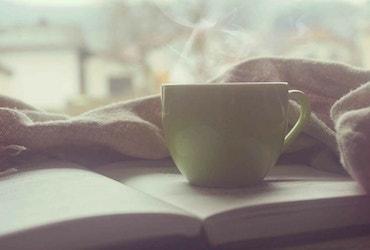 Kopje koffie op een boek
