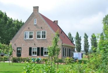 Vooraanzicht van een landelijke cottage met luiken