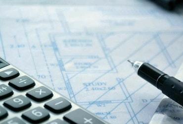 Afbeelding met een rekenmachine, pen en liniaal op een bouwtekening