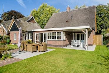 Landhuis met terras en aangebouwde garage