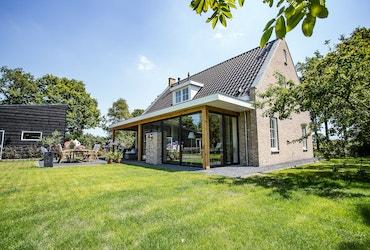 Tuin van een landelijke cottage met overdekt terras