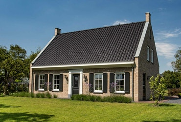 Vooraanzicht van een landelijke cottage