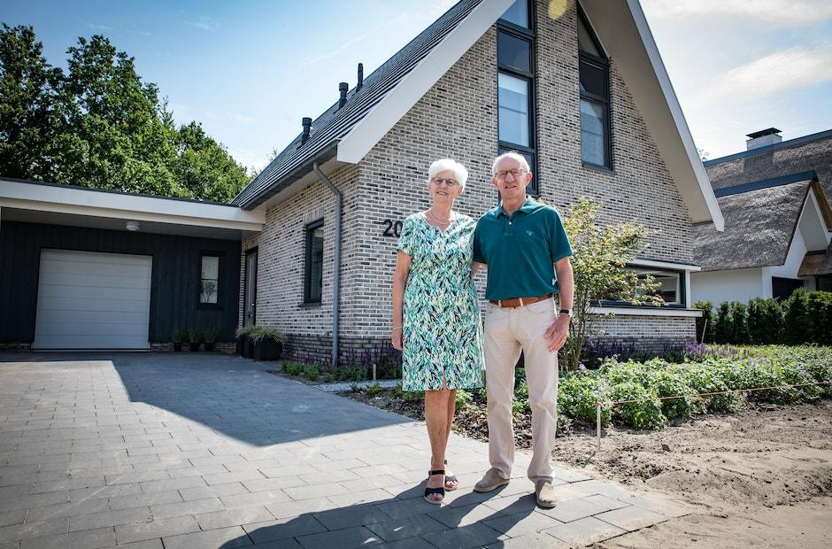 Vooraanzicht van een eigentijdse seniorenwoning