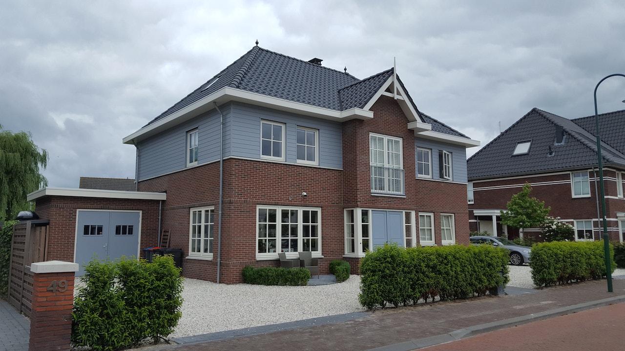 Vooraanzicht symmetrische hoogbouw woning