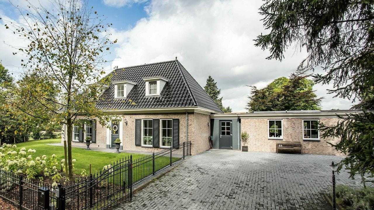 Vooraanzicht van een klassieke laagbouw woning met schildkap